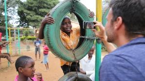 Laver viral video med SOS barn